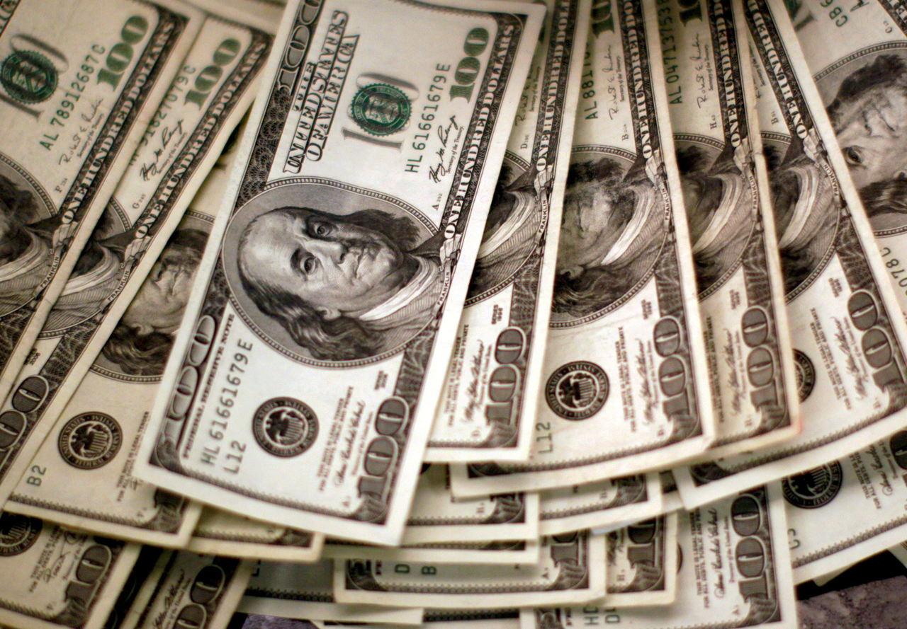 cédulas de dólar espalhadas