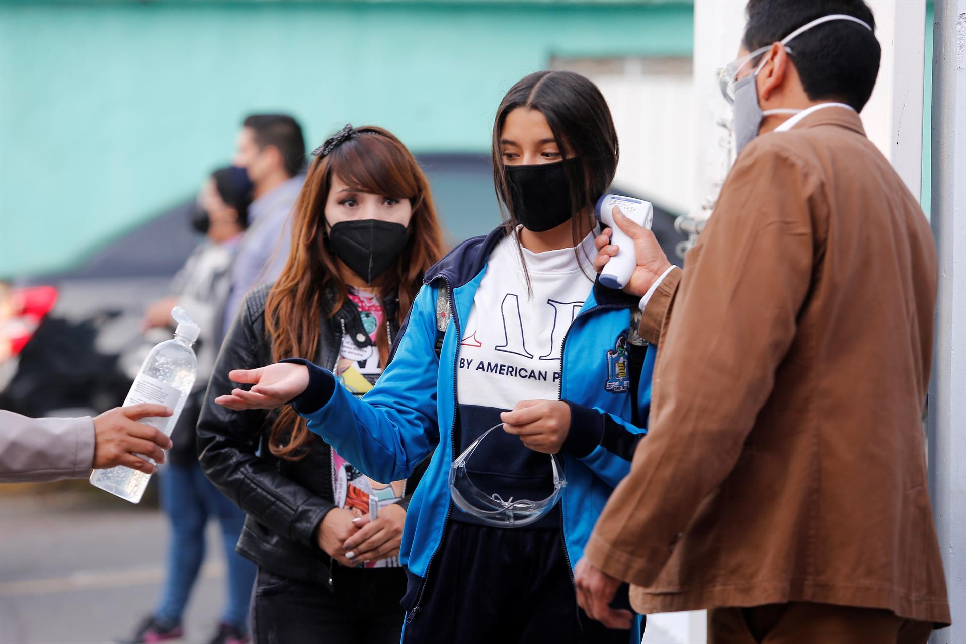 meninas medem a temperatura no México para entrar na escola