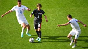 Patrik Schik e Modric disputando jogada em República Tcheca x Croácia pela Eurocopa