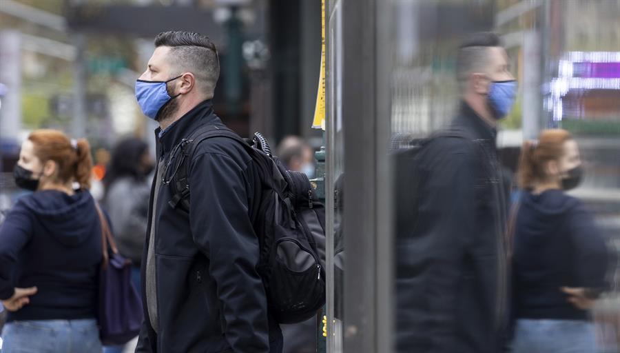 Pessoa usando máscara em metrô