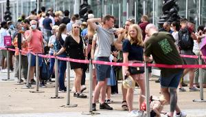 pessoas se aglomerando em fila