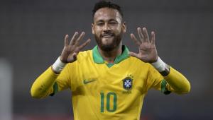 Vestindo a camisa amarelinha da seleção, Neymar faz o número nove com as duas mãos