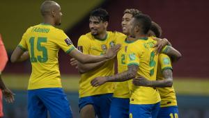 Na comemoração de um gol, Fabinho chega para se juntar a roda de abraço que já tinha Paquetá, Firmino, Neymar e Gabriel Jesus
