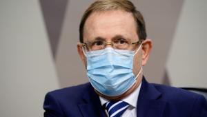 Homem de óculos e máscara no plenário da CPI