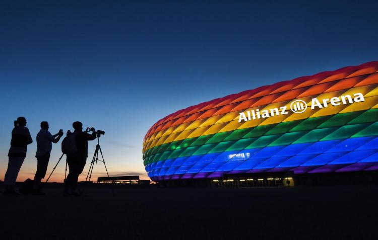 Allianz Stadium, casa do Bayern de Munique, iluminado com as cores do arco-íris