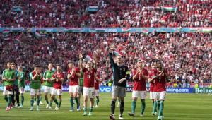 Vestidos de vermelho e branco (com exceção do goleiro, de preto), jogadores da Hungria acenam para os torcedores presentes na Arena Puskás