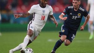 Sterling tenta passar por Robertson na partida entre Inglaterra e Escócia pela Eurocopa