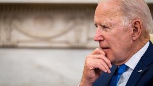 O presidente dos Estados Unidos, Joe Biden, com a mão no queixo e olhar distante