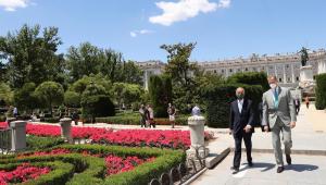 O Rei Felipe VI da Espanha e o Presidente Português, Marcelo Rebelo de Sousa, caminhando em frente ao Palácio Real durante seu encontro em Madrid