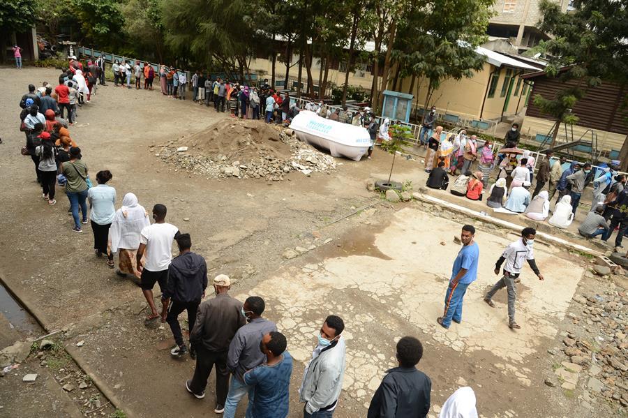 Pessoas em fila nas Eleições na etiópia