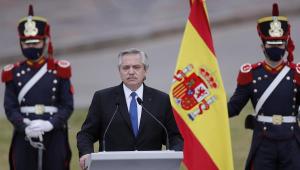 Presidente da Argentina Alberto Fernandez ao lado da bandeira da Espanha