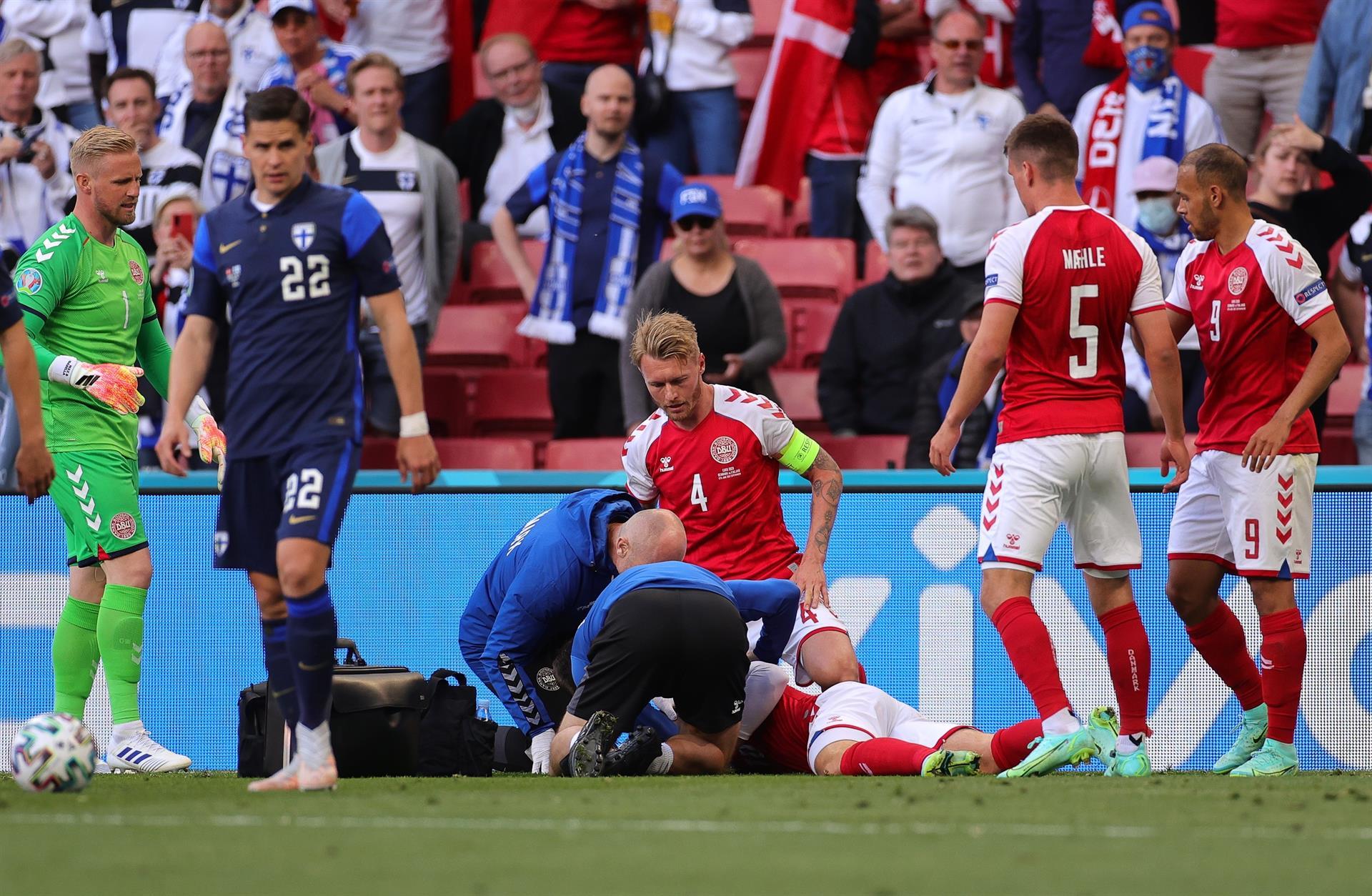 Eriksen recebe atendimento médico durante Dinamarca e Finlândia