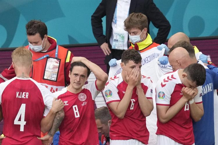 Jogadores da Dinamarca choram durante atendimento ao meio-campista Eriksen
