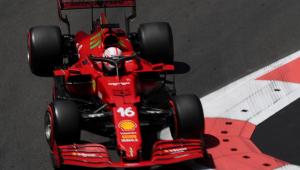 Charles Leclerc piloto sua Ferrari vermelha, de número 16, renta à zebra nas ruas do circuito de Baku
