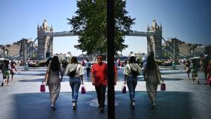 Pessoas andando ao lado da London Bridge