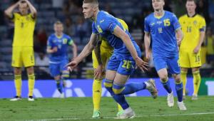 O jogador ucraniano Dovbyk sai em disparada, com o corpo um tanto curvado, após marcar o gol da classificação de sua seleção