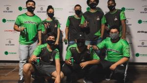Grupo de jovens de camisa verde