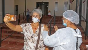 Profissional da saúde aplica a vacina de Oxford em moradora de Botucatu