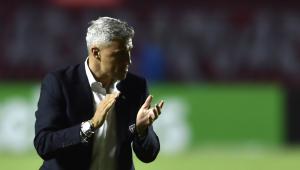 Crespo aplaude jogadores do São Paulo durante vitória contra o 4 de Julho pela Copa do Brasil