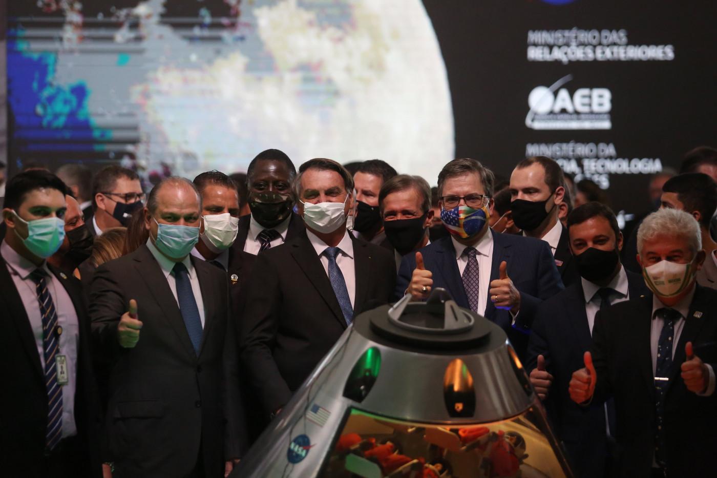 Presidente Jair Bolsonaro, ao lado de autoridades, comemora adesão do Brasil a projeto da NASA