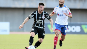 Perseguido por jogador do Bahia, Ramiro parte com a bola dominada durante o jogo no Pituaçu