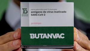 O governador de São Paulo, João Doria, mostra caixa da vacina contra a Covid-19 ButanVac