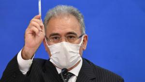 O ministro da Saúde, Marcelo Queiroga, segura caneta