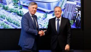Carlo Ancelotti ao lado do presidente do Real Madrid, Florentino Pérez