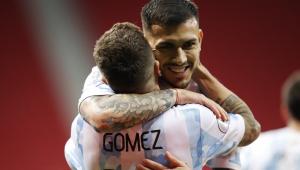 Jogadores da Argentina comemorando gol contra o Paraguai