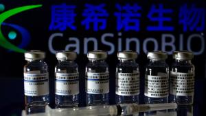 Frascos da vacina CanSino aparecem enfileirados com um seringa