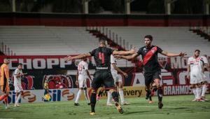 Éder e Zé Roberto comemoram gol do Atlético-GO contra o São Paulo pela segunda rodada do Brasileirão 2021
