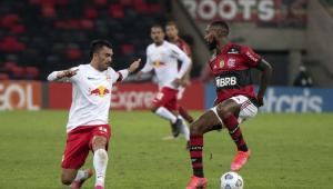 Jogador do Flamengo e jogador do Bragantino disputando bola