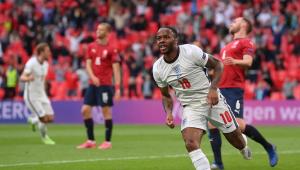 Raheem Sterling comemora gol da Inglaterra sobre a República Tcheca