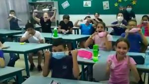 Crianças tirando a máscara e comemorando em Israel