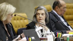 Ministra Cármen Lúcia séria, observando a ministra Rosa Weber em sessão do STF