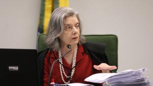 Ministra Cármen Lúcia olhando para o lado durante sessão da 2ª turma