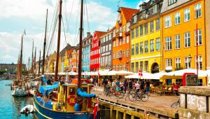 Casas coloridas à beira de um canal na Dinamarca