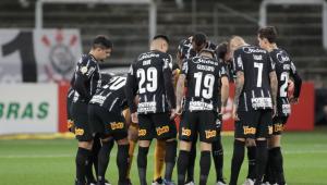 Jogadores do Corinthians reunidos antes da partida contra o Atlético-GO