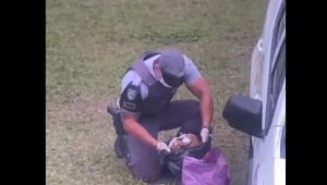Policial civil revista bagagem de mão de passageiro com um crânio humano