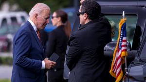O presidente dos Estados Unidos, Joe Biden, entra em carro