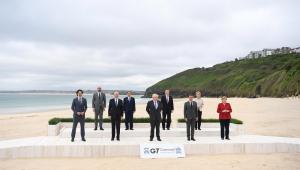 Com o mar ao fundo, líderes mundiais, todos vestidos socialmente, se alinham para foto posada do G7, grupo de países mais ricos do mundo; na primeira fileira estão Justin Trudeau, Joe Biden, Boris Johnson, Emmanuel Macron e Angela Merkel; atrás deles, Charles Michel, Mario Draghi, Yoshihide Suga e Ursula von der Leyen