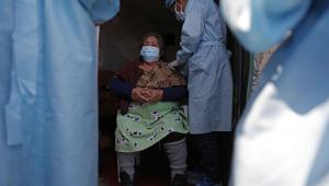 Mulher é vacinada contra covid-19 em Lima, no Peru
