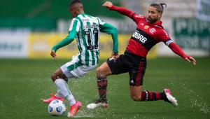 Paulinho Bóia (e), do Juventude, disputa lance com Diego Ribas, do Flamengo,