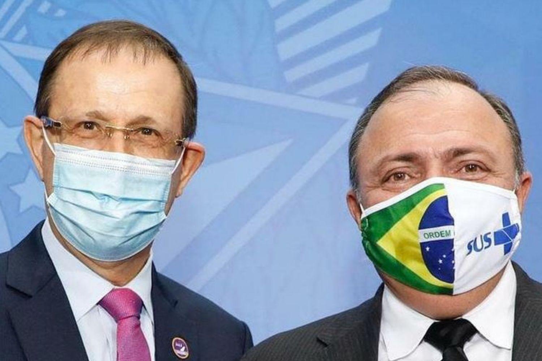 Homens de máscara em evento no Planalto