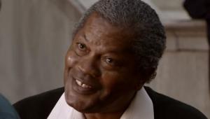 Clarence Williams III como Sr. Tate na série Todo Mundo Odeia o Chris