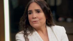 Regina Duarte séria dando uma entrevista