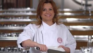 Helena Manosso com uma faca na mão e avental do MasterChef