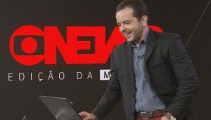 Erick Bang no estúdio da GloboNews mexendo no notebook