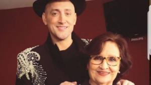 Paulo Gustavo sorrindo com as mãos nos ombros da mãe, Déa Lúcia Vieira Amaral