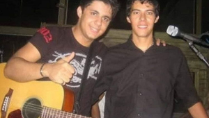 Cristiano Araújo no palco com um vilão ao lado de Luizmar Damasceno